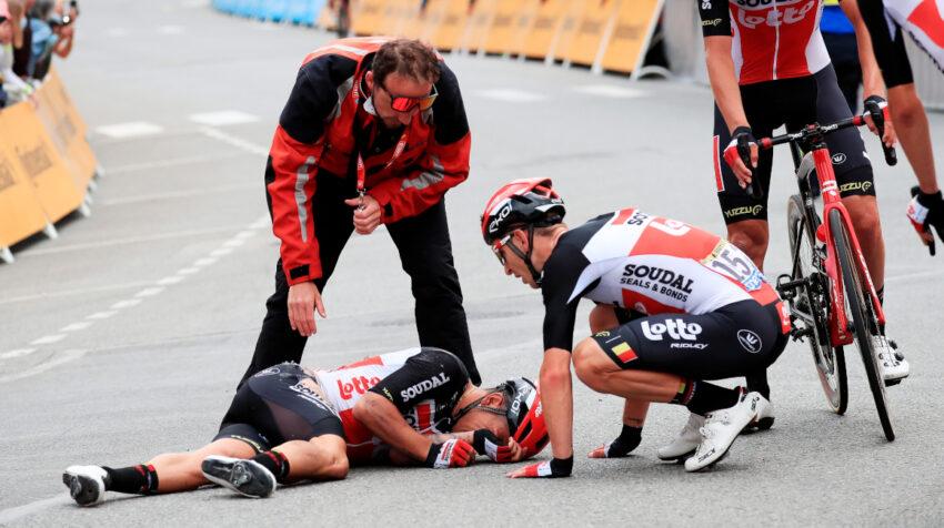 El ciclista Caleb Ewan, en el piso, después de una caída en la Etapa 3, el 28 de junio de 2021.
