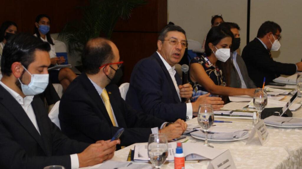 """Bananeros y Gobierno suben el """"nivel de prevención"""" contra Fusarium R4T"""