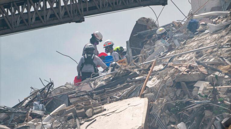 Rescatistas continúan con las tareas de búsqueda de sobrevivientes en el edificio colapsado en Miami.