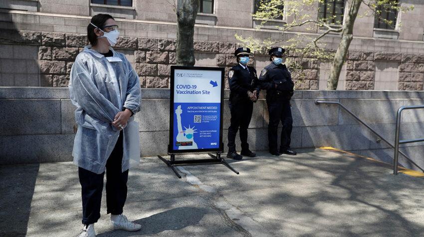 Uno de los centros de vacunación móviles en Nueva York está ubicado en el Museo de Historia Natural.