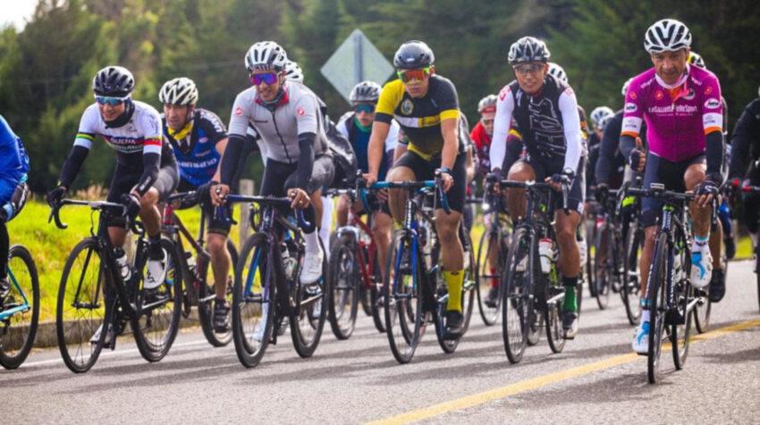 Varios ciclistas en un entrenamiento en una de las rutas en Tulcán.
