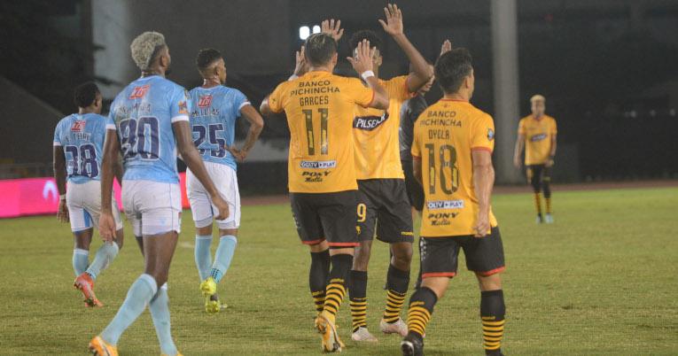 Los jugadores de Barcelona festejan el gol ante 9 de Octubre en Guayaquil, por la Supercopa Ecuador, el 22 de junio de 2021.