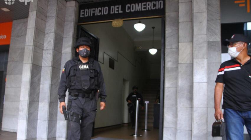 Agentes de la Policía allanaron la oficina de Decevale, en Guayaquil, el 22 de junio de 2021.