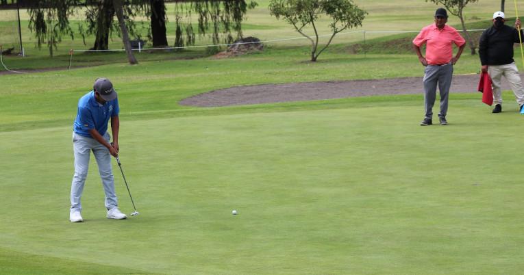 Uno de los golfistas participa en la clasificación del PGA Tour, el 21 de junio de 2021, en Quito.