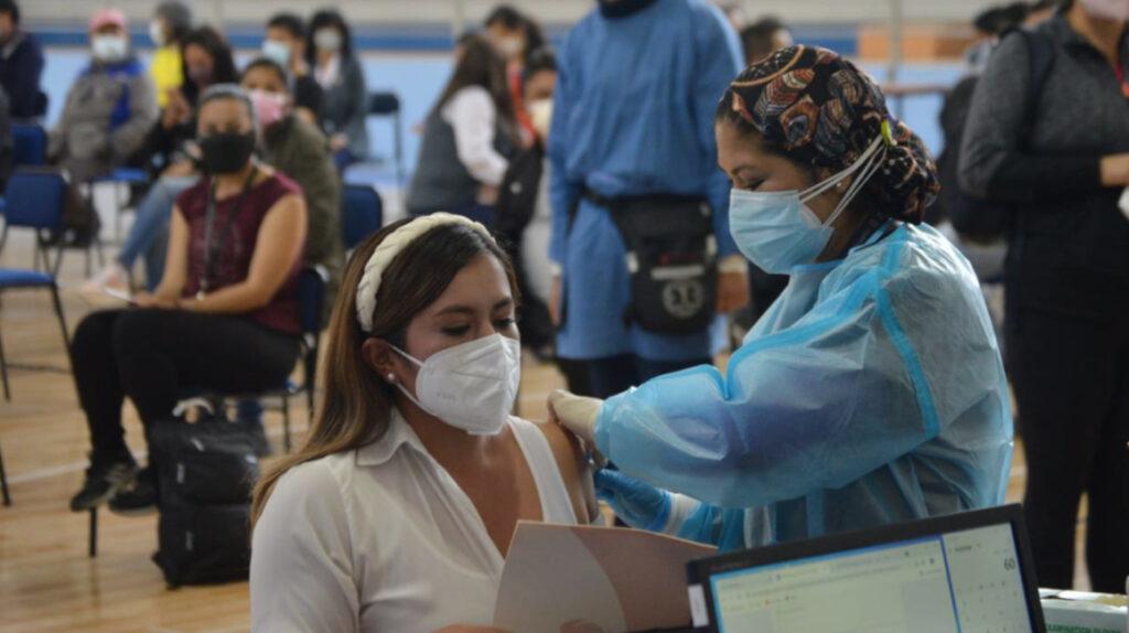 """""""Si no hay la vacuna que les gusta, mucha gente se va"""", dice coordinadora de Salud"""