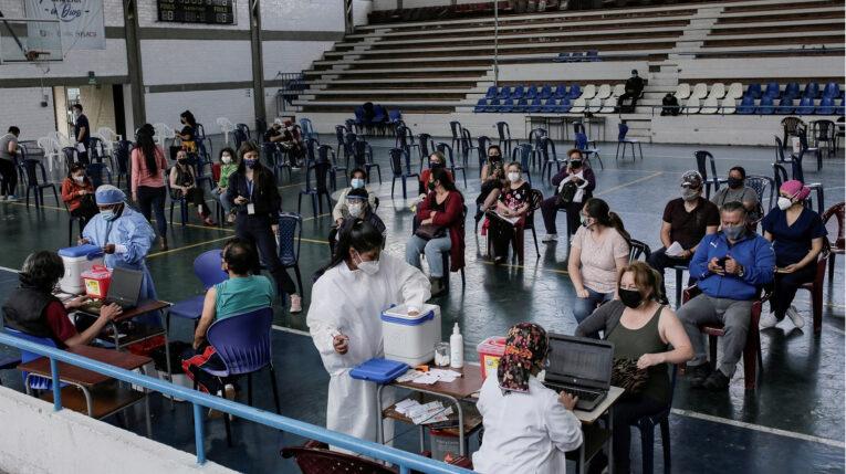 Personas esperan en un centro de vacunación de Quito, el 1 de junio de 2021.