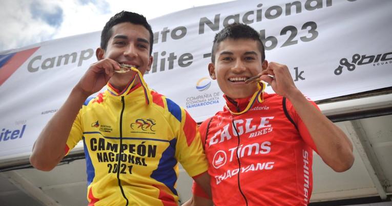 Nixon Rosero (i) celebra su victoria junto a Brayan Obando (d), en el campeonato nacional de ciclismo de Ibarra, el 18 de junio de 2021.