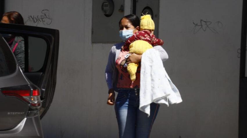 Una madre con su bebé en las afueras del centro de salud Las Casas, en Quito, el 17 de junio de 2021.