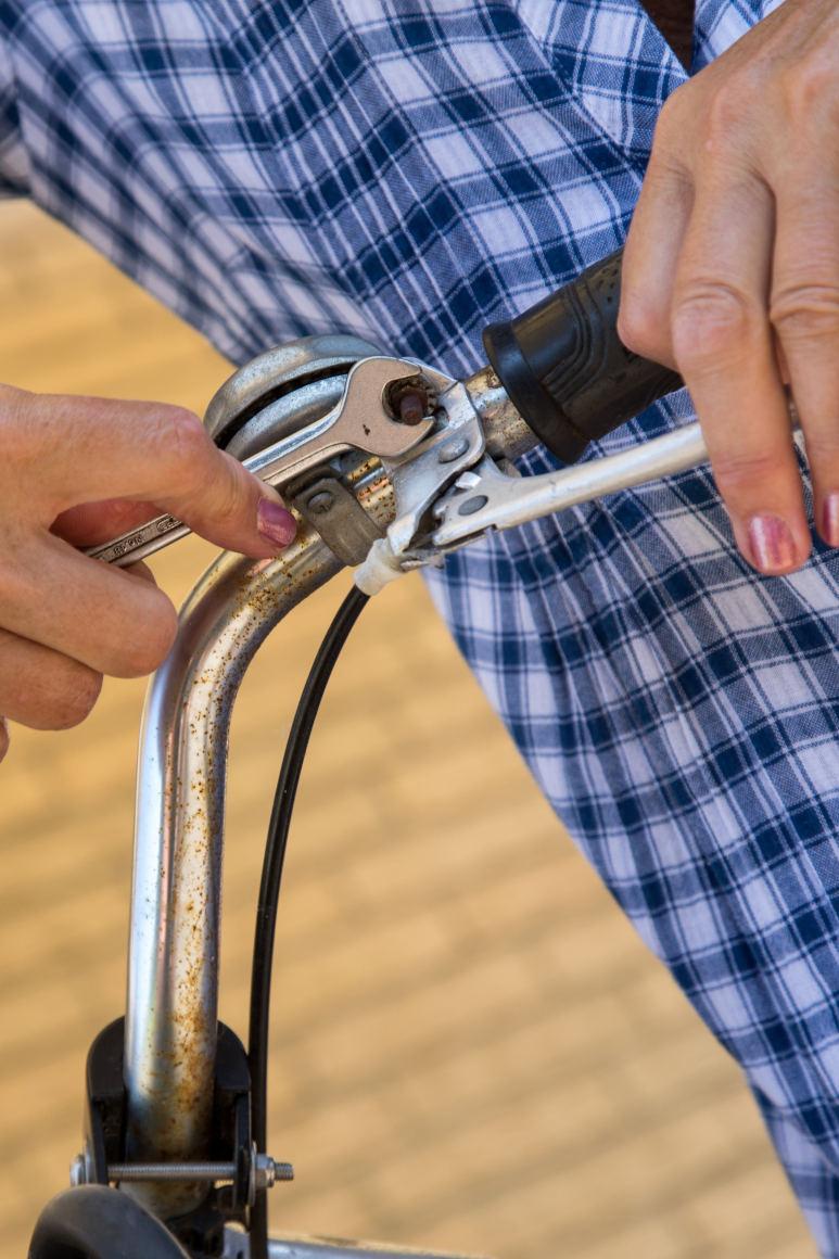 Si se quiere reparar la bicicleta, conviene contar con unkit de llaves inglesas.