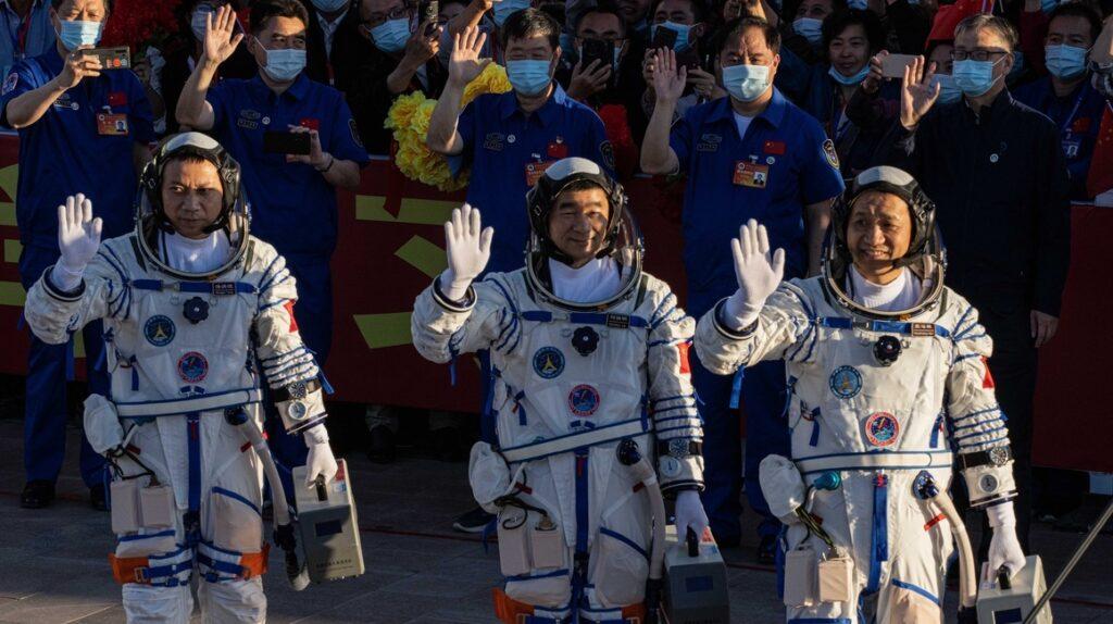 China lanza con éxito misión tripulada para ensamblar su estación espacial