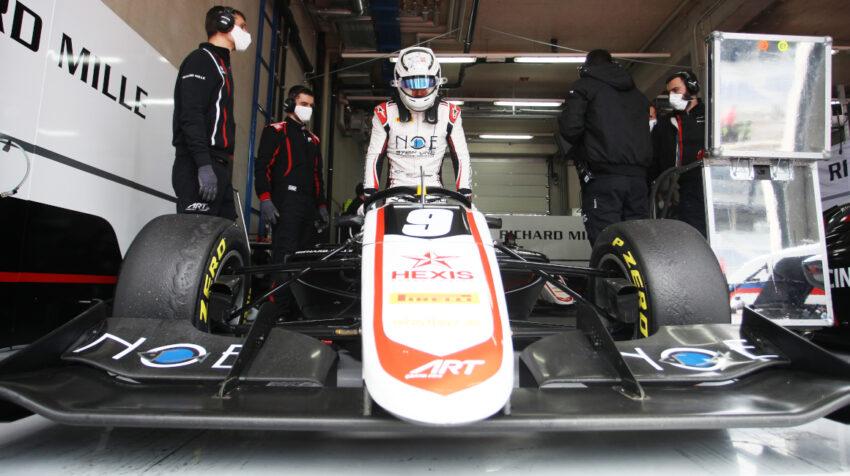 Juan Manuel Correa, junto a los mecánicos del ART GP, antes de los entrenamientos libres en Austria, el 3 de abril de 2021.