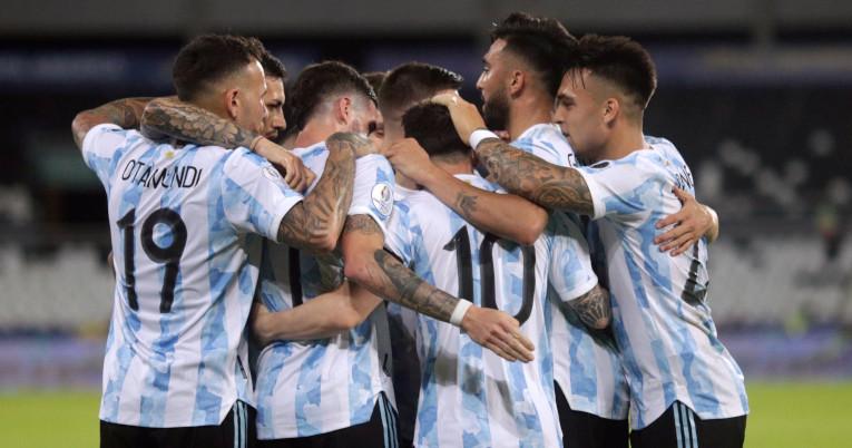 Los jugadores de Argentina se abrazan después del gol de Lionel Messi, ante Chile, el 14 de junio de 2021.