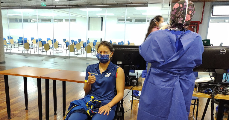 Marcela Cuaspud, antes de recibir la vacuna contra el Covid-19, el 1 de junio de 2021, en Quito.