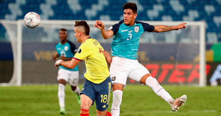 Rafael Santos Borré  y Piero Hincapié disputan una pelota en el partido por la Copa América.