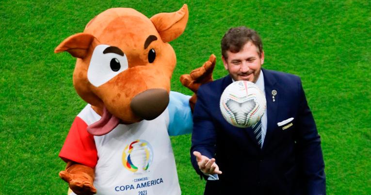 El presidente de la Conmebol, Alejandro Domínguez, posa con la mascota de la Copa América 'Pibe'.
