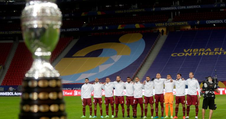El trofeo de la Copa América 2021 con los jugadores venezolanos de fondo.