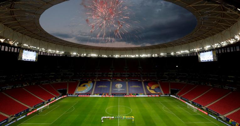Vista general de la cancha y los juegos artificiales de fondo, en el inicio de la Copa América.