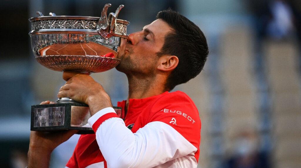 Djokovic reconquista París luego de remontarle a Tsitsipas