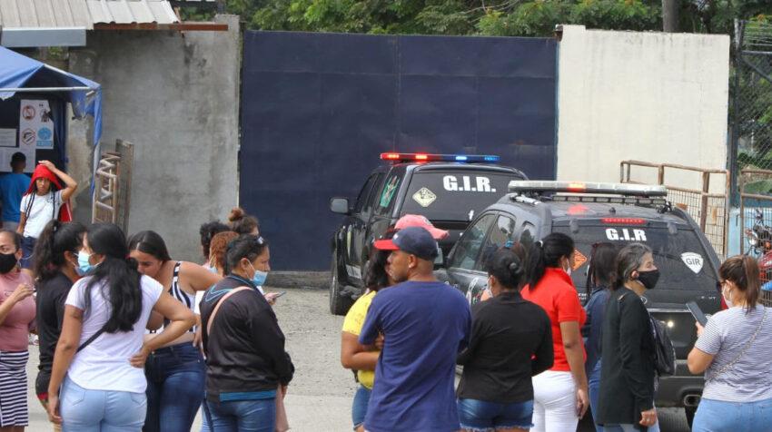 Personas y vehículos de la Policía en el exterior de la Penitenciaria del Litoral, el 13 de junio de 2021.