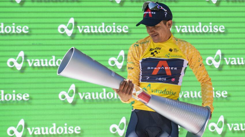 Richard Carapaz con el trofeo de campeón del Tour de Suiza, el domingo 13 de junio de 2021.