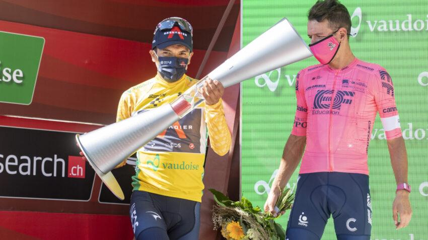 Richard Carapaz con el trofeo de campeón del Tour de Suiza, ante la mirada de Rigoberto Urán.