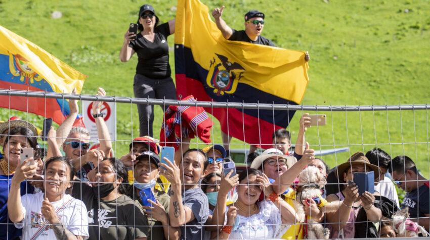Aficionados ecuatorianos en la premiación de Richard Carapaz, como campeón del Tour de Suiza.