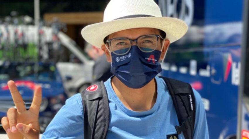 Richard Carapaz con un sombrero de paja toquilla que le regalaron unos ecuatorianos antes de la Etapa 8 del Tour de Suiza.