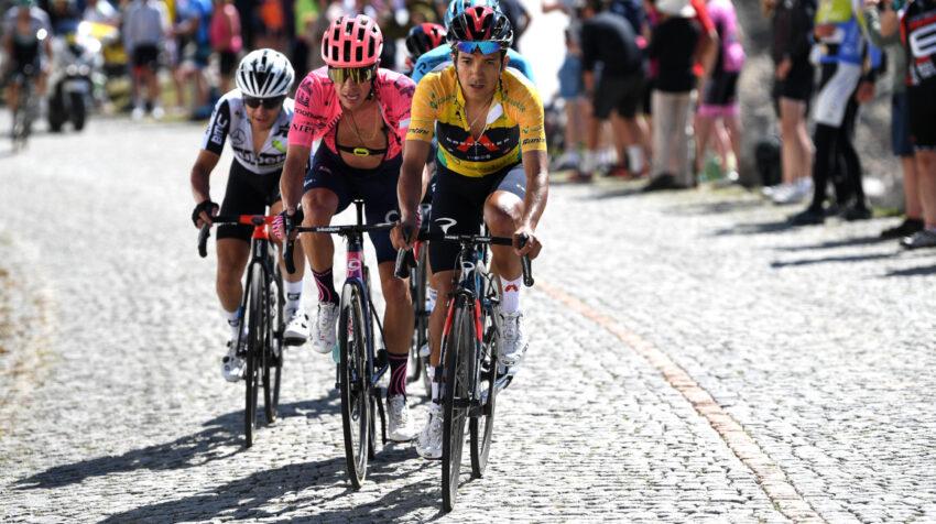 Richard Carapaz durante la Etapa 8 del Tour de Suiza, el domingo 13 de junio de 2021. Atrás el colombiano Rigoberto Urán.