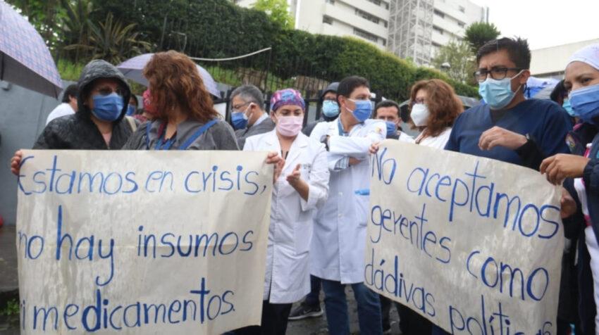 Personal sanitario del Hospital Eugenio de Quito protesta por la falta de medicamentos e insumos, el 8 de junio de 2021.