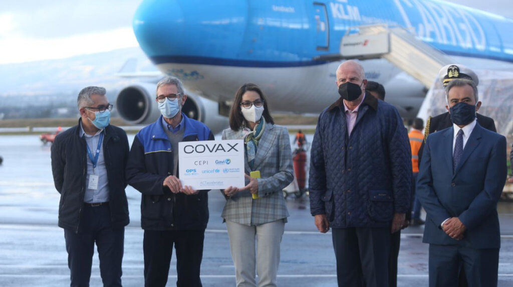 Nuevo cargamento con 336.000 dosis de AstraZeneca llegó a Ecuador