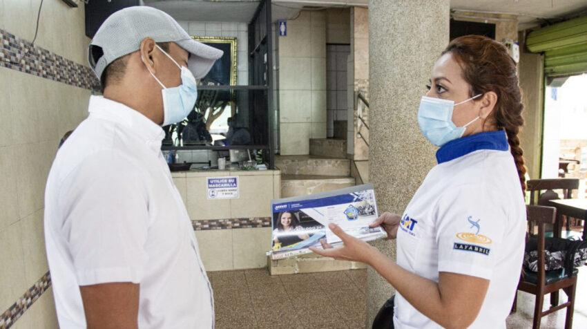 Una colaboradora de las Brigadas de Limpieza de La Fabril, con un cliente en Ecudor, en 2020.