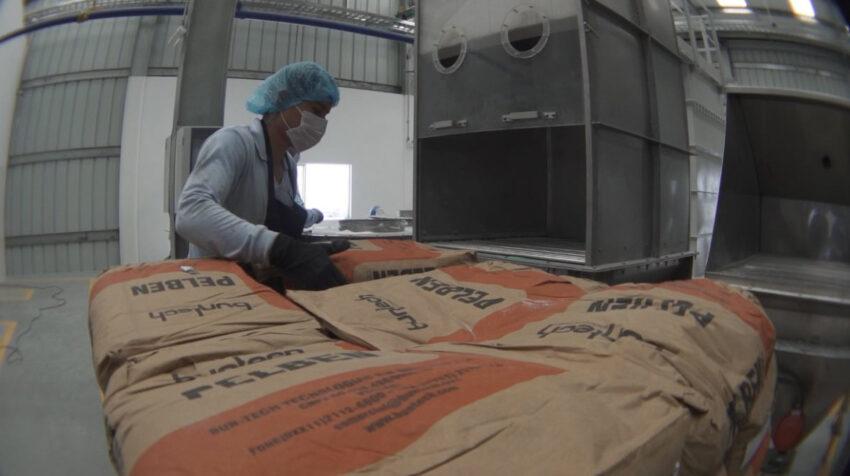 Un colaborador con detergentes en la nueva planta de producción de la Fabril, en Montecristi, en 2020.