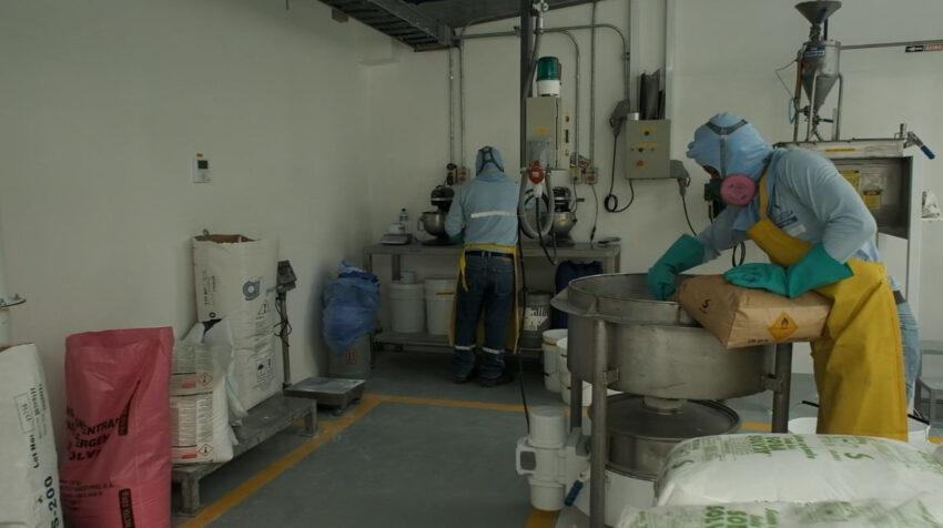 Trabajadores en la nueva planta de producción de La Fabril, en Montecristi, en 2020.