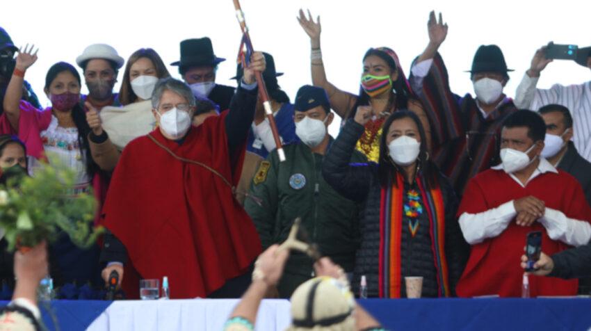 El presidente Guillermo Lasso y Guadalupe Llori en una ceremonia indígena en Tamboloma, Tungurahua, el 26 de mayo del 2021.