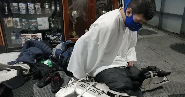 Un jugador de hockey sobre hielo se alista para un partido en el Palacio del Hielo, de Quito.