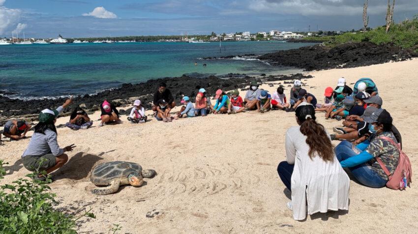 Un grupo de niños en las Islas Galápagos, el 8 de abril de 2021.
