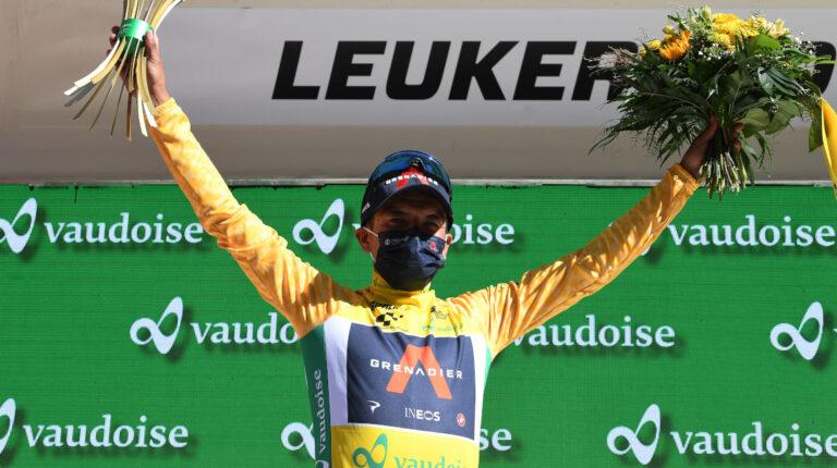 Richard Carapaz celebra en el podio del Tour de Suiza, con el maillot amarillo de líder de la general, el 10 de junio de 2021.
