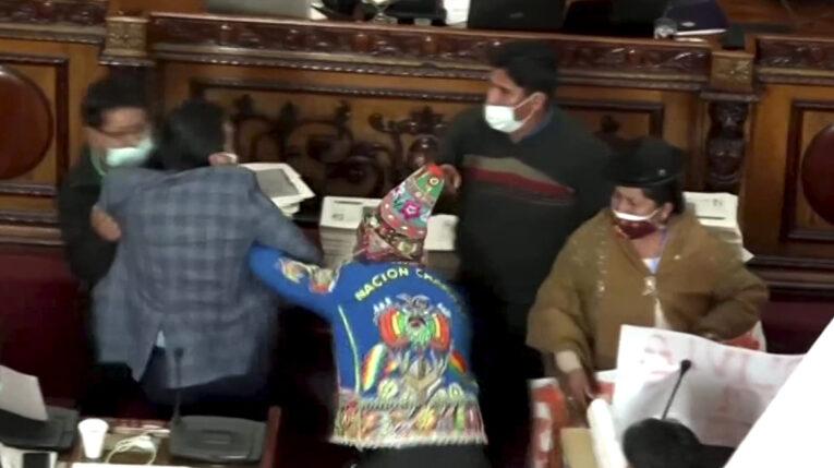 Diputados se agreden en una sesión del Parlamento de Bolivia. 09/06/2021