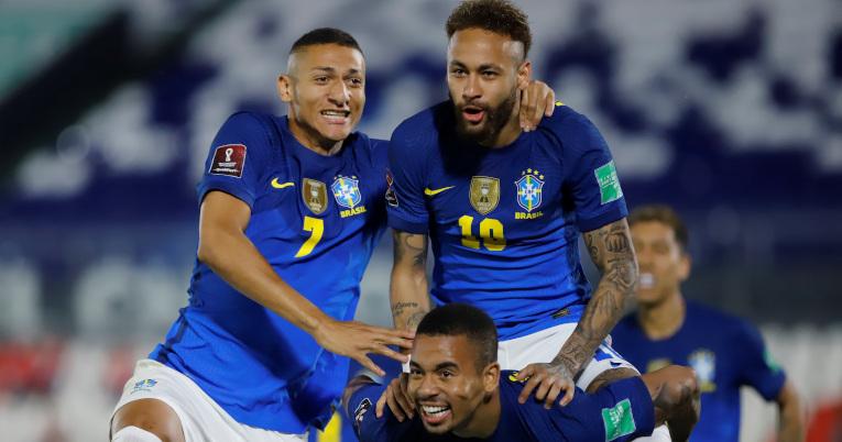 Richarlison, Gabriel Jesús y Neymar festejan el gol ante Paraguay, en Asunción, el 8 de junio de 2021.