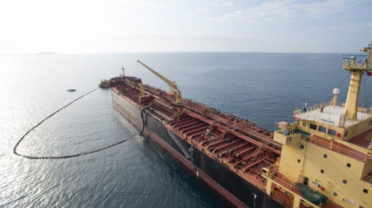 Una vista panorámica de un buque lleno de petróleo en las costas ecuatorianas, en mayo de 2021.