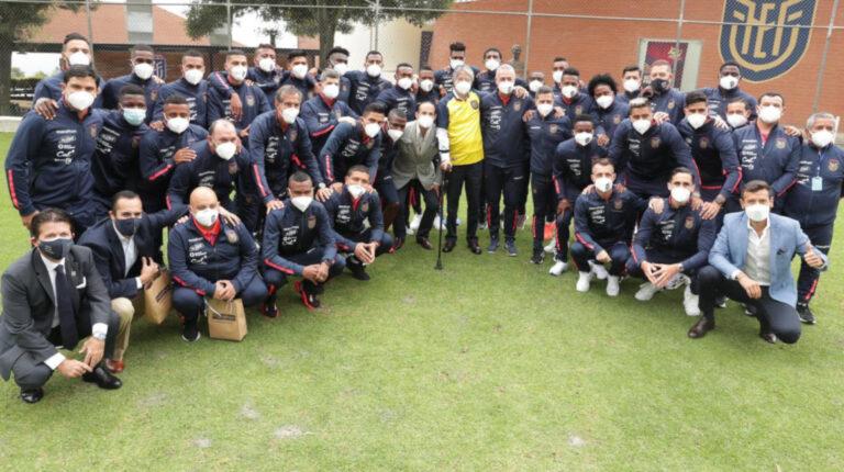 El presidente Guillermo Lasso junto a los jugadores de la selección ecuatoriana, el lunes 7 de junio de 2021.