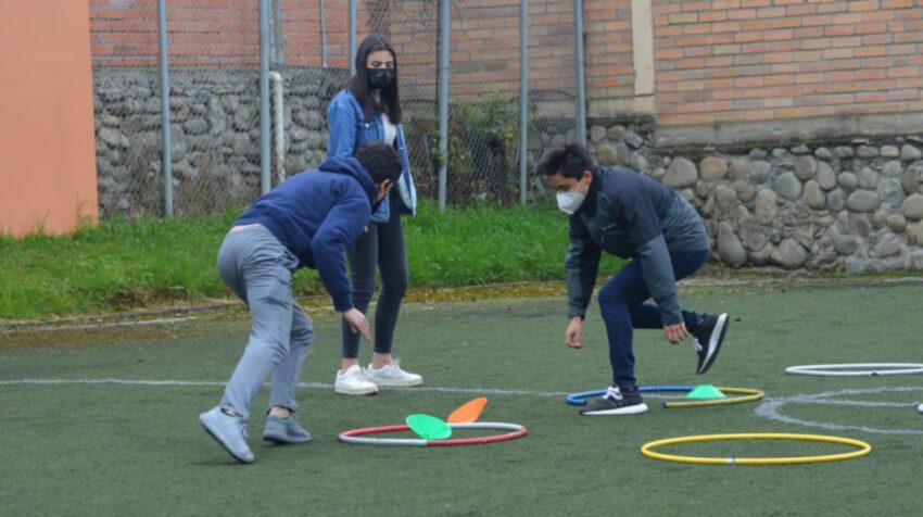 Alumnos de Colegio Santa Ana, de Cuenca, juegan en una de las canchas de la institución, el 7 de junio de 2021.