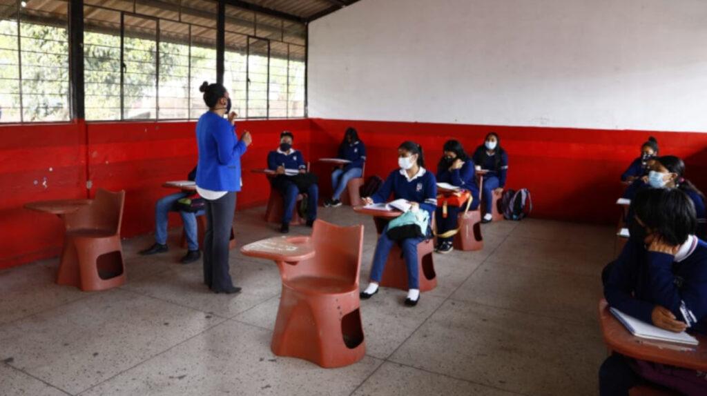 Estudiantes regresan a las aulas bajo medidas de bioseguridad