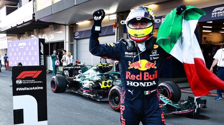 El piloto Sergio 'Checo' Pérez sostiene la bandera mexicana luego de ganar el Gran Premio de Azerbaiyán, el 6 de junio de 2021.