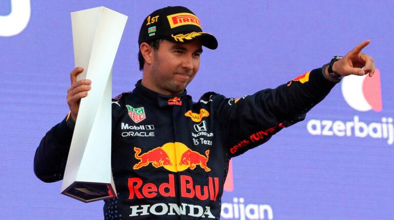 El piloto mexicano Sergio Pérez celebra en el podio del Gran Premio de Azerbaiyán con el trofeo de ganador, el 6 de junio de 2021.