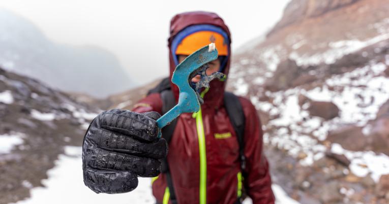 Encontrar basura es habitual cuando se realizan excursiones de montaña.
