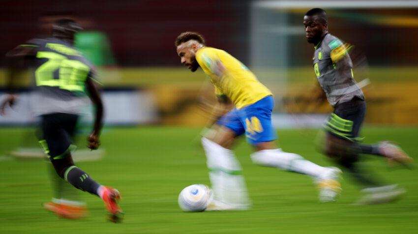 Neymar domina la pelota ante la marca de dos jugadores de Ecuador, en el estadio Beira Rio de Porto Alegre, el viernes 4 de junio de 2021, por las Eliminatorias al Mundial de Catar.