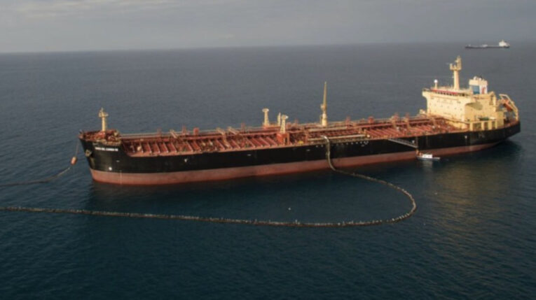 Un buque transporta el crudo Napo desde las costas de la provincia de Esmeraldas, en mayo de 2021.