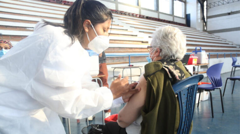 El Ministerio de Salud usará brigadas médicas para vacunar en sus casas a personas mayores de 80 años en el distrito 8.