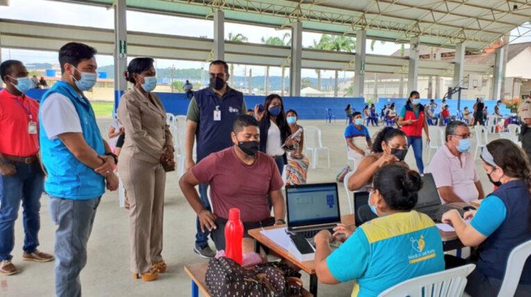 Funcionarios del Ministerio de Salud en un punto de vacunación contra el Covid-19, el 24 de junio de 2021 en Esmeraldas.